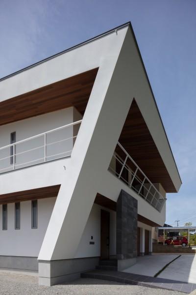 建物北東面 (N12-house「回遊テラスのあるガレージハウス」)