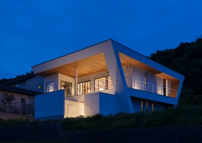 N12-house「回遊テラスのあるガレージハウス」 (南東側夕景)