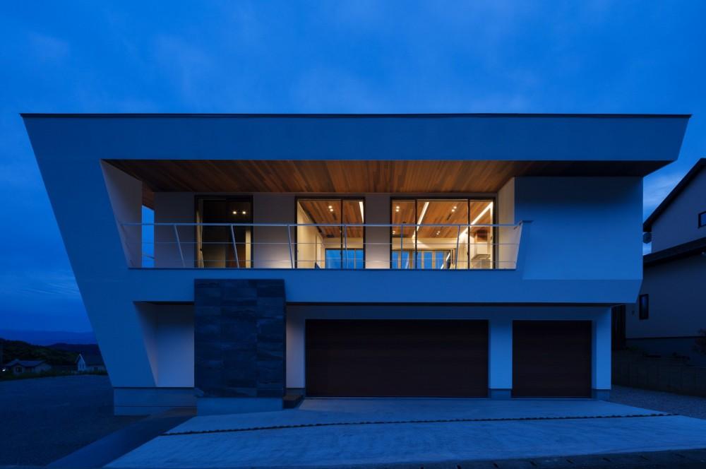N12-house「回遊テラスのあるガレージハウス」 (北側夕景)