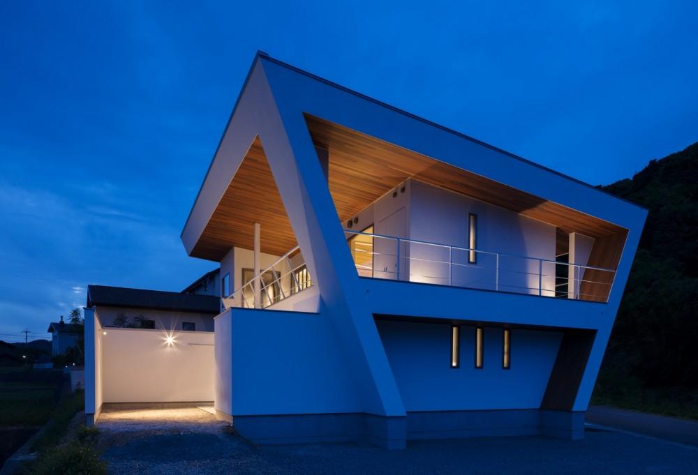 N12-house「回遊テラスのあるガレージハウス」 (南東面夕景)