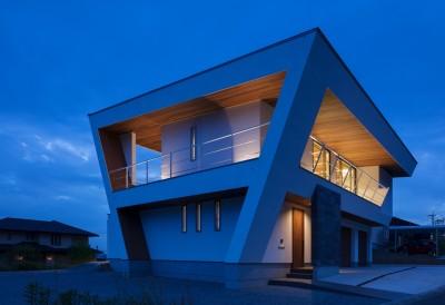 N12-house「回遊テラスのあるガレージハウス」 (北東面夕景)