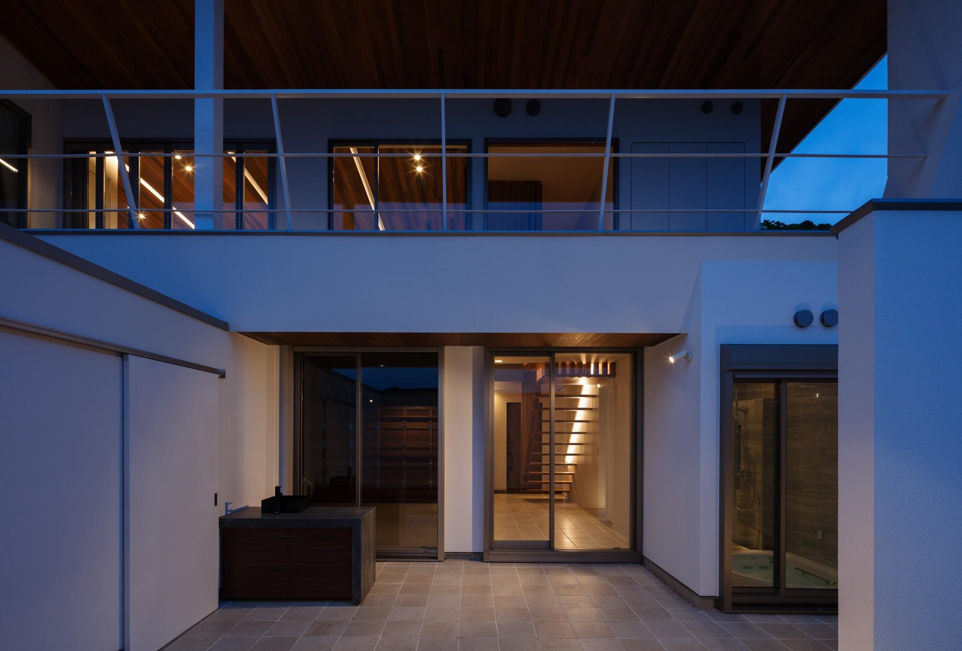 外観事例:南面夕景(N12-house「回遊テラスのあるガレージハウス」)