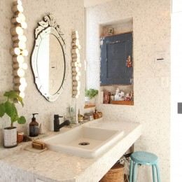カラフルな異素材ハウス (洗面室)