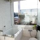 カラフルな異素材ハウスの写真 バスルーム
