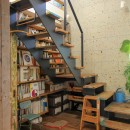 カラフルな異素材ハウスの写真 階段