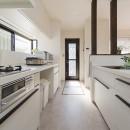 限られた予算でイメージ通りの家の写真 白を基調にまとめた対面キッチン
