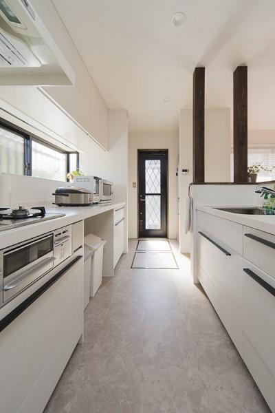白を基調にまとめた対面キッチン (限られた予算でイメージ通りの家)