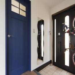 限られた予算でイメージ通りの家 (ブルーの造作扉が印象的な玄関)