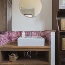 限られた予算でイメージ通りの家の写真 ピンク色のタイルが可愛らしい洗面室