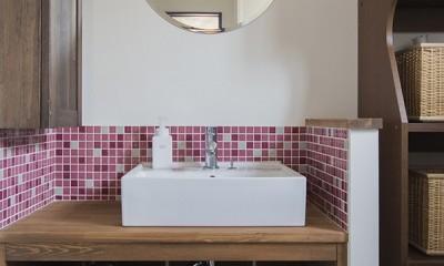 限られた予算でイメージ通りの家 (ピンク色のタイルが可愛らしい洗面室)