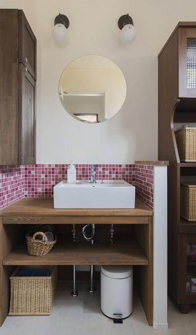 ピンク色のタイルが可愛らしい洗面室 (限られた予算でイメージ通りの家)