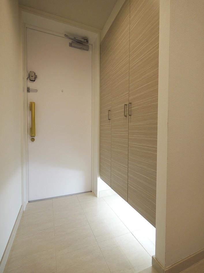 タイルで高級感ある玄関・廊下に (玄関)