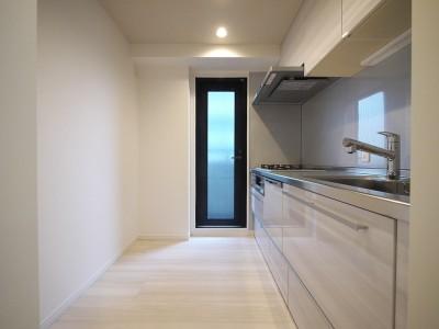 キッチン (タイルで高級感ある玄関・廊下に)