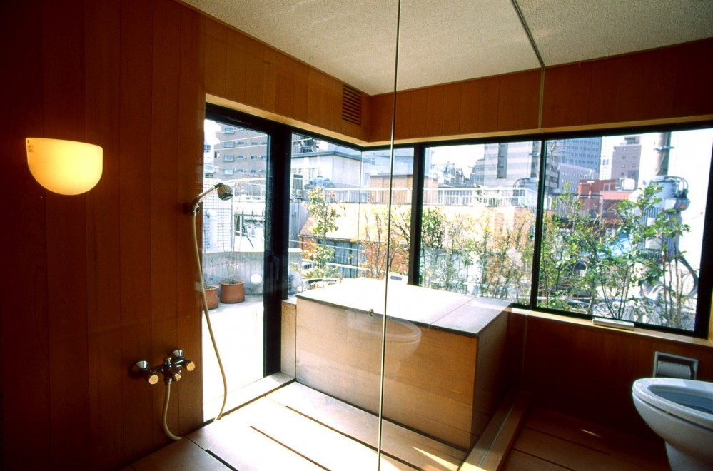 千駄ヶ谷のコンクリート打放し (桧の浴室)