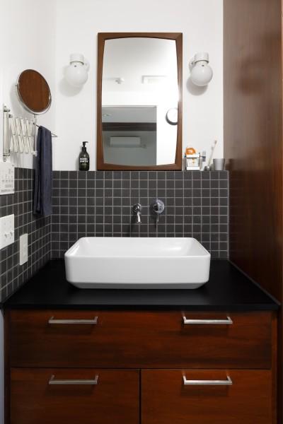 デンマークヴィンテージミラーの色合いに合わせて作られた落ち着いた色合いの洗面 (Romanesco-好きで集めたものを眺める、アーリーリタイアの暮らし)
