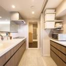 洗練された空間。都市の暮らしを楽しむ理想のリノベーションの写真 すっきりと片付くキッチン