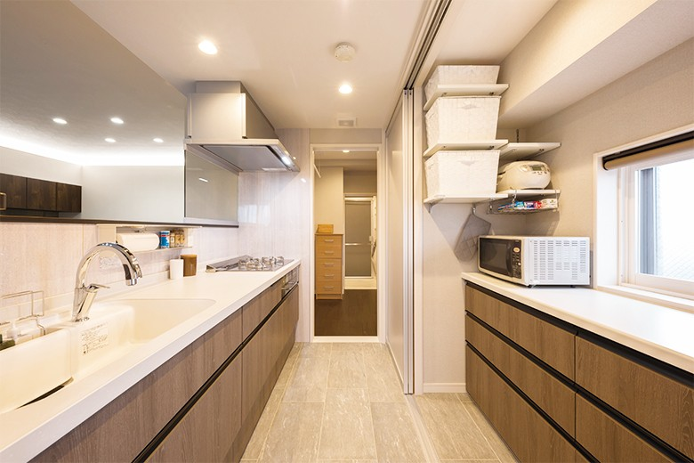 洗練された空間。都市の暮らしを楽しむ理想のリノベーション (すっきりと片付くキッチン)