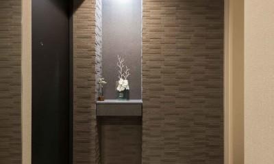 洗練された空間。都市の暮らしを楽しむ理想のリノベーション (ゲストを出迎える飾り棚)