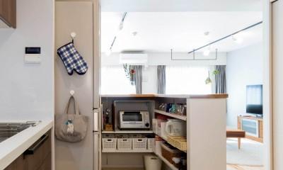 適材適所。住まいの可能性を引き出したリノベーション (カウンター裏に設けた収納スペース)