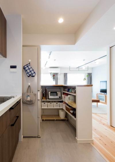 カウンター裏に設けた収納スペース (適材適所。住まいの可能性を引き出したリノベーション)