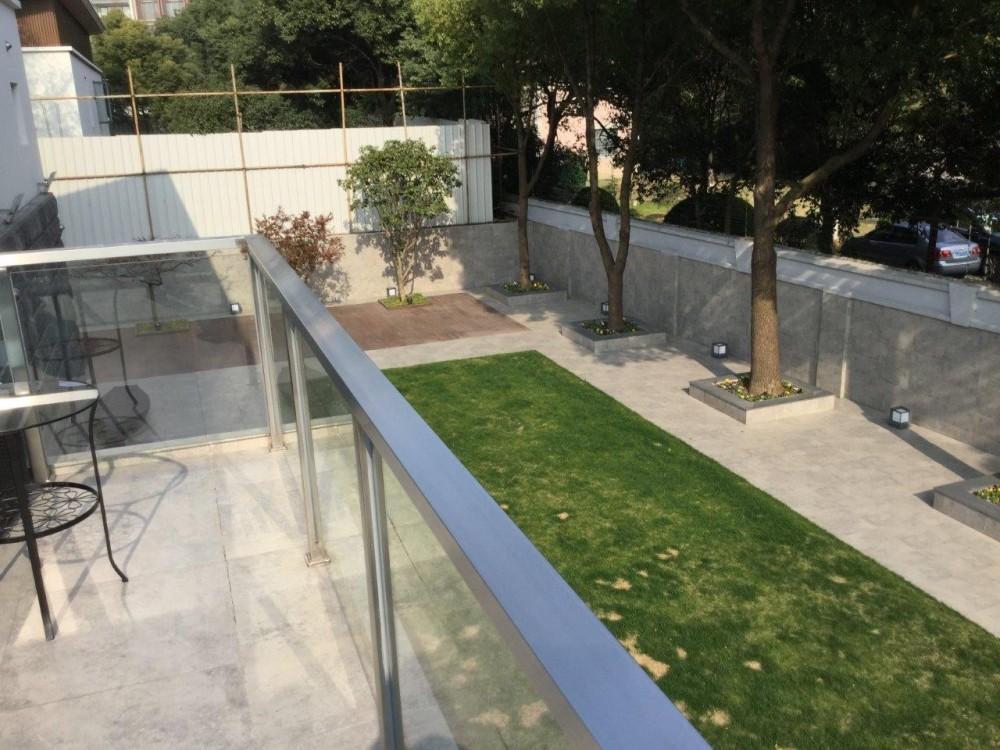 C邸 自由に暮らすフルリノベーション (ルーフテラスから見た庭)