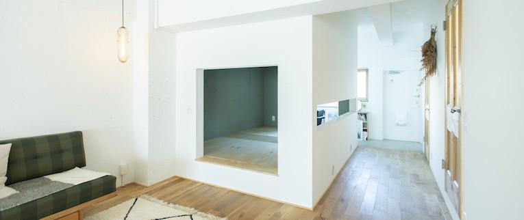 ミュージアムのような白い空間を、回遊性のある間取りにリノベーション (リビングとベットルームをゆるく仕切る壁)