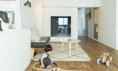 ミュージアムのような白い空間を、回遊性のある間取りにリノベーション (子供が遊べる広々リビング)