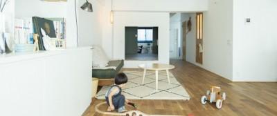 子供が遊べる広々リビング (ミュージアムのような白い空間を、回遊性のある間取りにリノベーション)