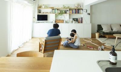 ミュージアムのような白い空間を、回遊性のある間取りにリノベーション (リビングでの家族団欒)