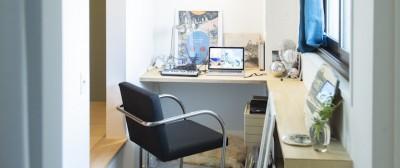 おこもりな仕事スペース (ミュージアムのような白い空間を、回遊性のある間取りにリノベーション)