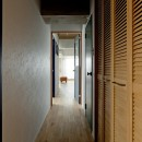 裸足が心地よい床の写真 廊下