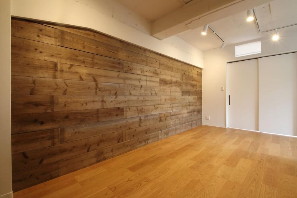 LDK (既存の良さを残しながらも、足場板や白塗装で空間に新しい価値を)