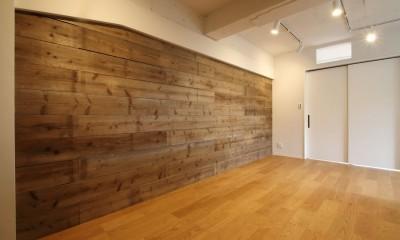 既存の良さを残しながらも、足場板や白塗装で空間に新しい価値を