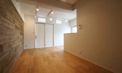 既存の良さを残しながらも、足場板や白塗装で空間に新しい価値を (LDK)