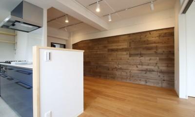 既存の良さを残しながらも、足場板や白塗装で空間に新しい価値を (キッチン)