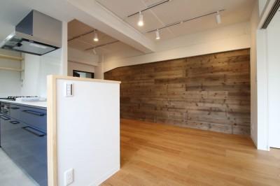 キッチン (既存の良さを残しながらも、足場板や白塗装で空間に新しい価値を)