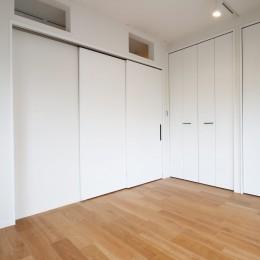 既存の良さを残しながらも、足場板や白塗装で空間に新しい価値を (寝室)