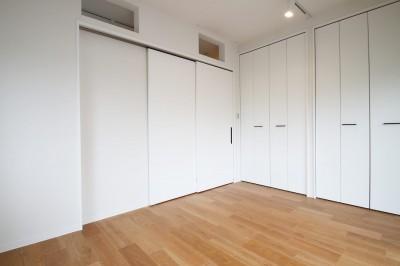 寝室 (既存の良さを残しながらも、足場板や白塗装で空間に新しい価値を)