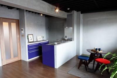 「男前スタイル」で素材感を楽しむインダストリアルヴィンテージ (キッチン)