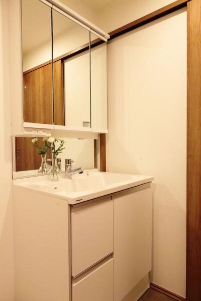「男前スタイル」で素材感を楽しむインダストリアルヴィンテージ (洗面化粧台)