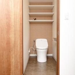 「男前スタイル」で素材感を楽しむインダストリアルヴィンテージ (トイレ)