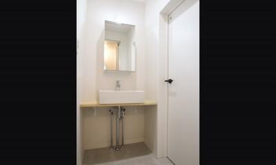 既存の良さを残しながらも、足場板や白塗装で空間に新しい価値を (サニタリー)