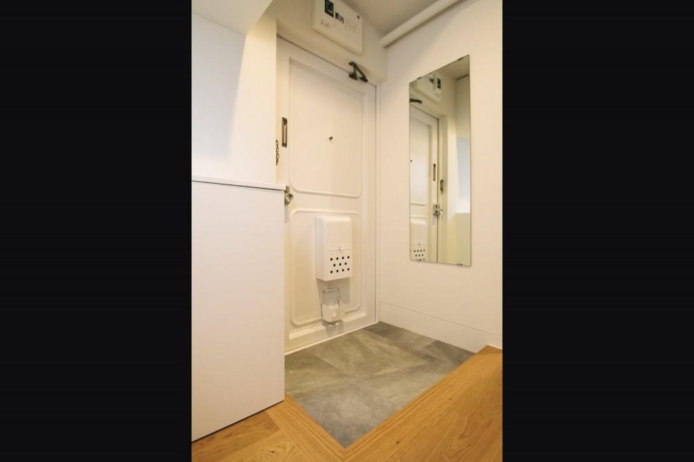 既存の良さを残しながらも、足場板や白塗装で空間に新しい価値を (エントランス)