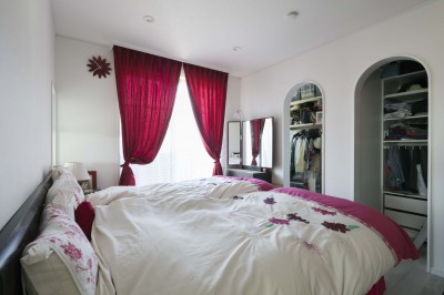 主寝室 (港南台の家|ロフトまでの吹き抜けのあるシャビーシックな家)
