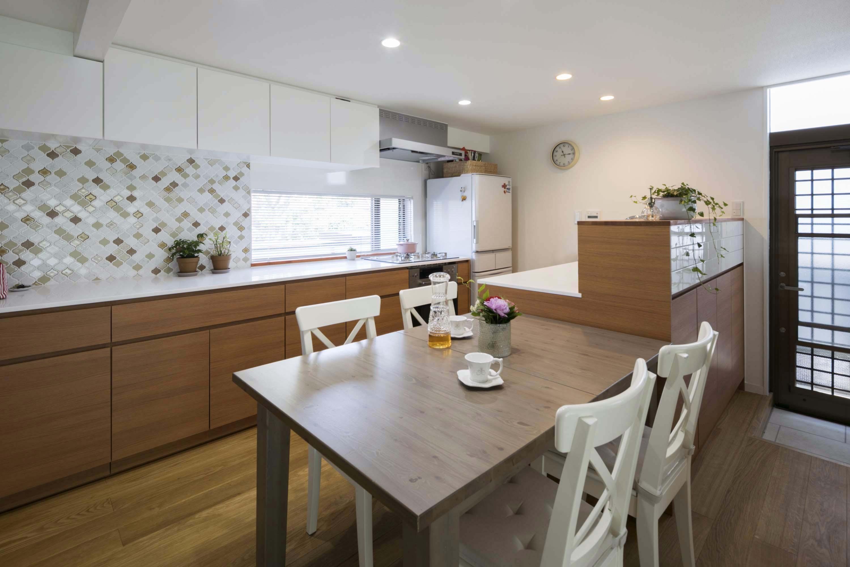 キッチン事例:ダイニングキッチン(浜田山の家|スタイリッシュなNYスタイルの空気が漂う大階段のリノベーション)