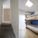 浜田山の家|スタイリッシュなNYスタイルの空気が漂う大階段のリノベーションの写真 廊下、子供室
