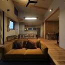 甲斐元町の家~遊び心のある家~の写真 リビング(夕景)