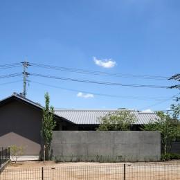 外観 中庭塀 (山隈の家)