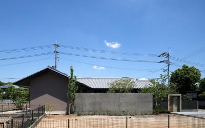 山隈の家 (外観 中庭塀)