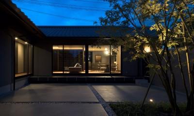 中庭 夕景|山隈の家